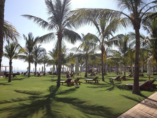 Al Bustan Palace, A Ritz-Carlton Hotel: Massive lawns