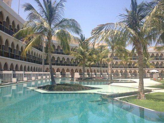 Al Bustan Palace, A Ritz-Carlton Hotel: The Lagoon pool area