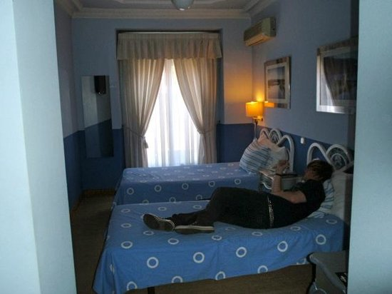 Hostal Adriano : Twin room was darling = air conditioning, ceiling fan, television and DARLING