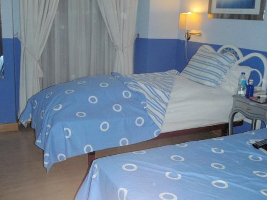 Hostal Adriano: I stacked the feather bed cushions to make my bed extra comfy