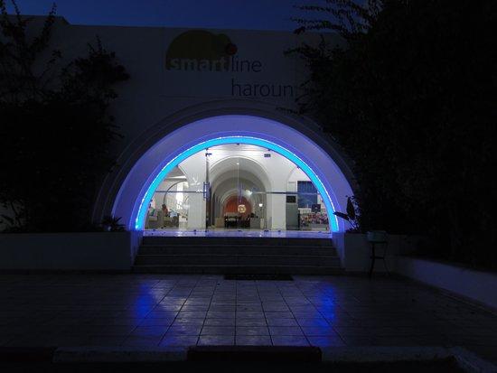 Hotel Djerba Haroun : Entrance to the Hotel at night