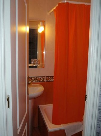 Hostal Adriano: Bathroom in the double room