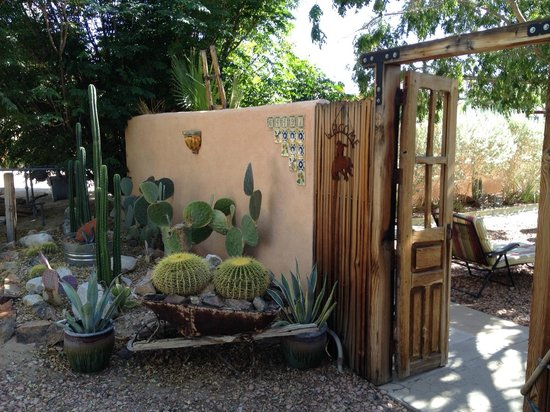 Spin and Margie's Desert Hideaway : Entrance to Courtyard Seating Area