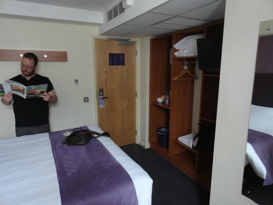 Premier Inn London Victoria Hotel: Cabinet area where you can put your stuffs