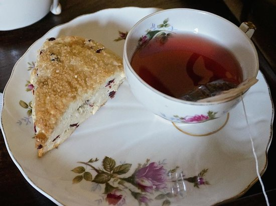 Gibson Mansion Bed and Breakfast: Scones & tea