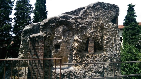 Teatro Romano: More stones