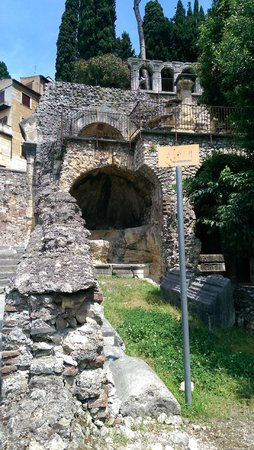 Teatro Romano: More stones!
