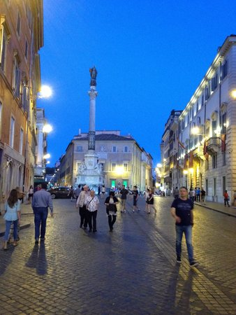Spanische Treppe (Piazza di Spagna): The roadway leading to the Spanish Steps.