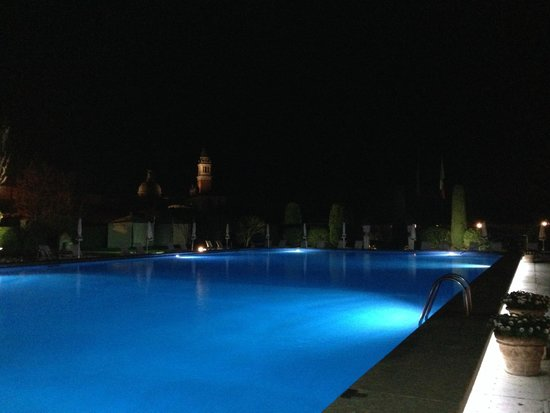 Belmond Hotel Cipriani: swimmingpool by night