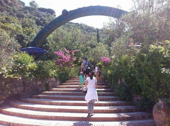 Baia di San Montano: Negombo, l arco di Giò Pomodoro
