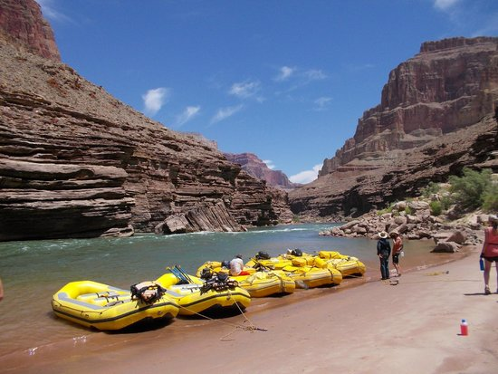 Outdoors Unlimited Grand Canyon Rafting : Stopping for lunch on the beach.