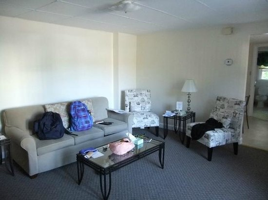 Beverly Garden Suites: Living Room
