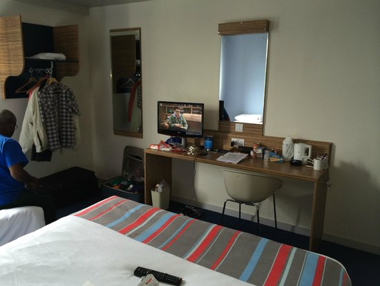 Travelodge Gatwick Airport Central: Tv, Table, Chair, Mirror, Electric Kettle, Cups, Coffee & Tea, Sugar & Milk, Spoons