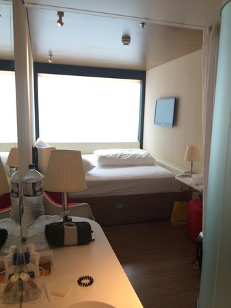 citizenM London Bankside: View of the bed and wash basin from the room entrance