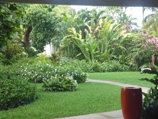 Rendezvous Resort: front garden