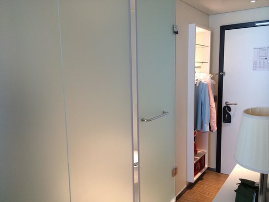 citizenM London Bankside : Frosted glass bathroom and open wardrobe