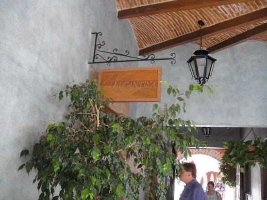 Hotel La Plaza de Tequisquiapan: La entrada al bar.