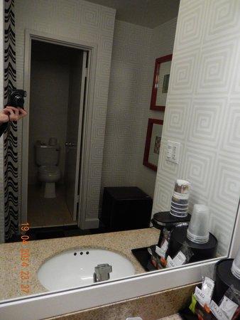 Americania Hotel: petite salle de bain mais avec tout ce qu'il faut