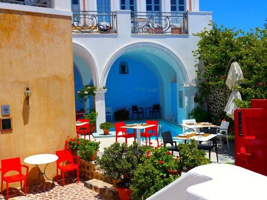 Aigialos Hotel: Esterno ristorante e piscina