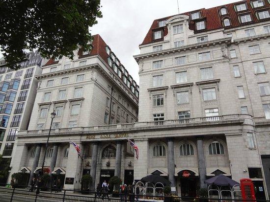 The Park Lane Sheraton Hotel: ホテルの正面玄関