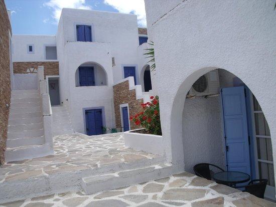 Naxos Holidays Bungalows Apartments: autre photo de la cour intérieure