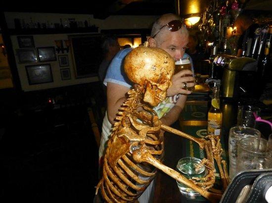 The Golden Fleece: A long wait at ther bar !!!
