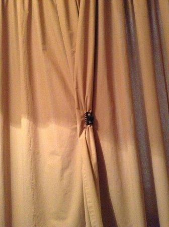 Design Hotel Neruda: Cortina que precisava ser mantida fechada com pregador de cabelo, a janela dava para o corredor