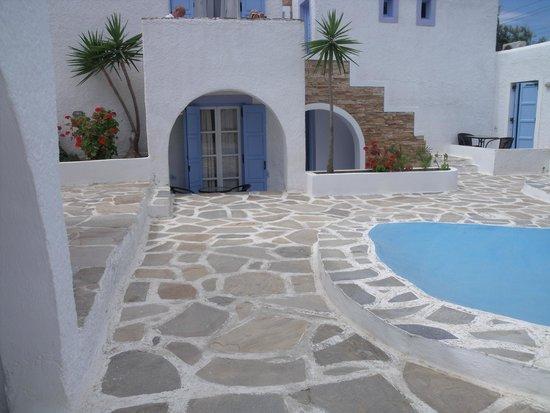 Naxos Holidays Bungalows Apartments: la  chambre avec sa minuscule terrasse