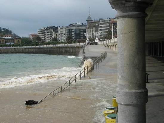 La Concha Beach: High water with waves