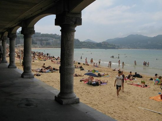 La Concha Beach: Walking under the city road