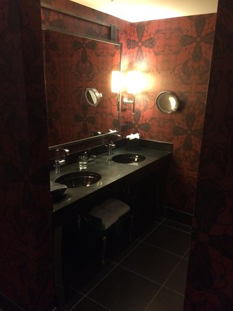 Casino at the Hard Rock Hotel: Separate toilet and sinks