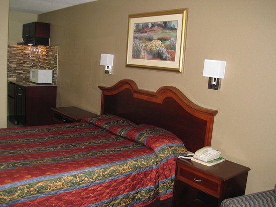 Travel Inn & Suites Flemington: New Queen Kitchenette