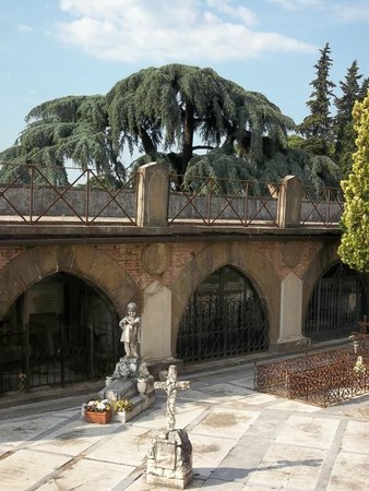Basilica San Miniato al Monte: Friedhofdetail an der Kirche