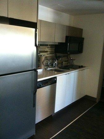 Element Omaha Midtown Crossing: Kitchen area in room