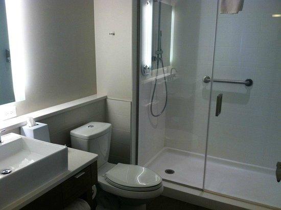 Element Omaha Midtown Crossing: bathroom