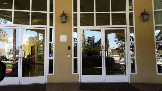 Desert Palms Hotel & Suites : Front entry
