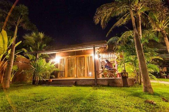 Mali Resort Pattaya Beach Koh Lipe: Our beachfront bungalow at night