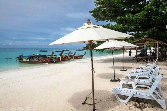 Mali Resort Pattaya Beach Koh Lipe: Beach chairs in front of Mali Resort