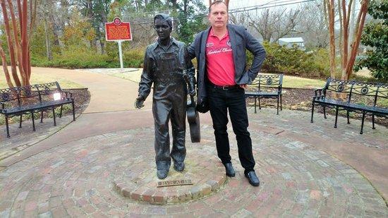 Elvis Presley Center: Elvis Statue
