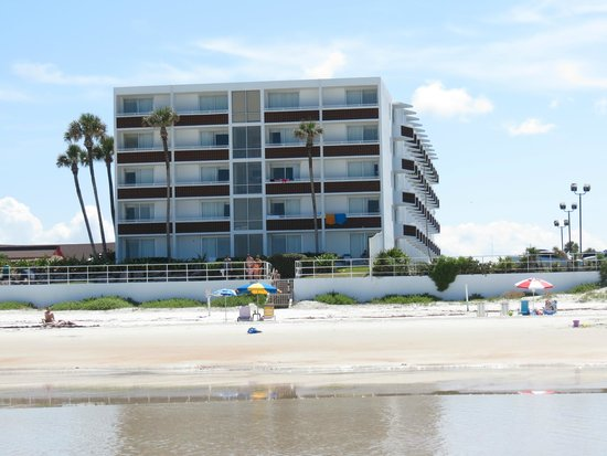 Best Western Aku Tiki Inn: View of the BW from the beach