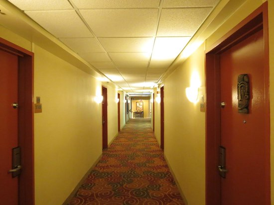 Best Western Aku Tiki Inn: Hallway to our room