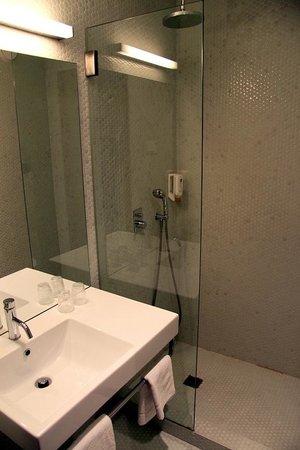 Moov Hotel Porto Centro: modern bathroom