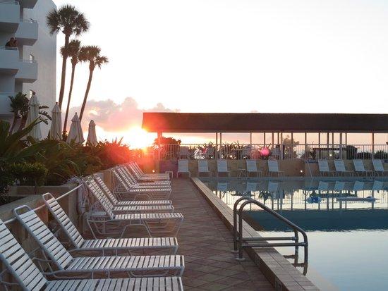 Best Western Aku Tiki Inn: View of the beach sunrise from the pool deck.