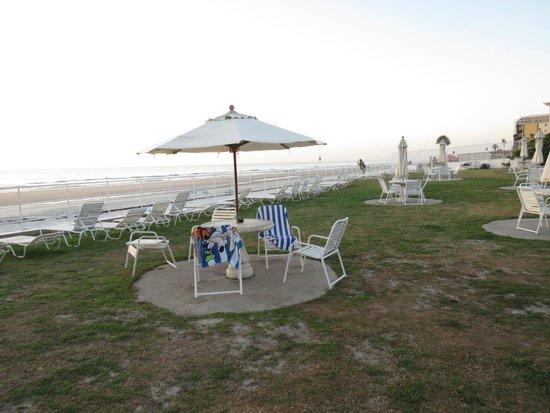 Best Western Aku Tiki Inn: Picnic table area with plenty of chairs.