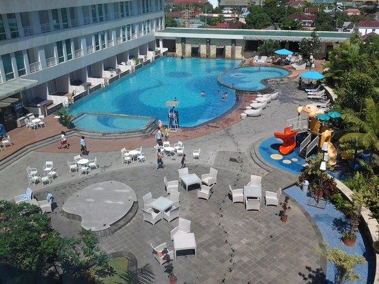 Grand Clarion Hotel & Convention Makassar: area kolam renang &tempat bermain anak2