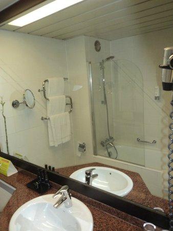 Au Pavillon Bleu: Salle de bain vue du miroir