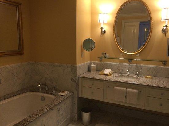 Four Seasons Hotel Westlake Village : Bathroom