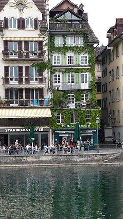 ibis Styles Luzern City: Construções típicas  germânicas , ao  lado  do lago