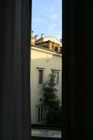 B&B Hotel Trieste Novo Impero: view into courtyard from 310