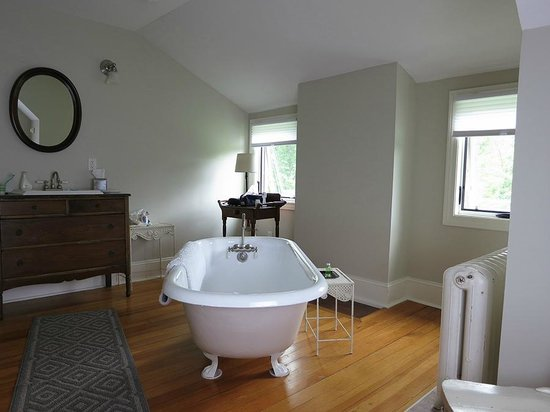 Shurtleff Cottage: Top floor-vintage tub